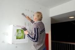 Algot spartler væg i forhal