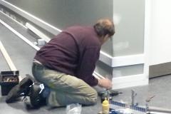 Gunner monterer lister til beskyttelse af væg